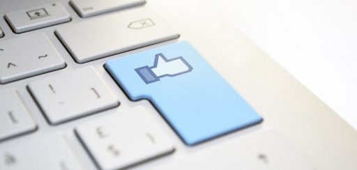 imagen de un teclado de un growth hacker que en vez de la techa de enter tiene un dibujo de una mano haciendo like,