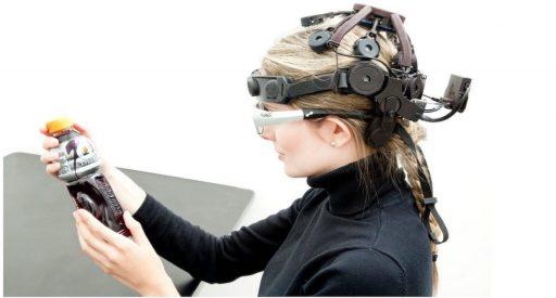 mujer con equipamiento de neuromarketing haciendo pruebas para recoger insights que luego explotarán los growth hackers,