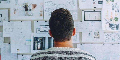 un profesor growth hacker o maestro de growth hacking marketing comparando complejas estrategias de growth hacking y mercadotecnia online,