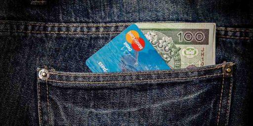 bolsillo de un growth hacker con una tarjeta de crédito y un billete,