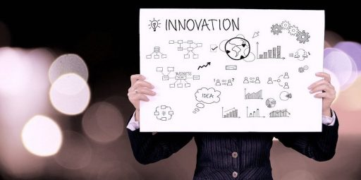 growth hacker detrás de una pancarta con imágenes y diagramas de todo lo que implica la innovación, traductor, traducción, metodo growth, ventas, ventajas, desventajas, completa guía online, como aplicar growth hacking,