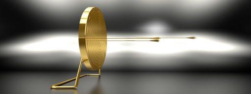 una diana de metal dorado recibiendo flechas doradas que hace referencia a la suerte que tienen los growth hakcers al estár en un sector de la economía digital en auge,
