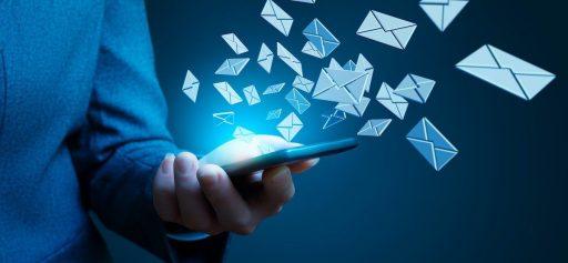ilustración de una persona con un teléfono móvil o celular que envía innumerables emails dentro de una campaña de growth hacking marketing,