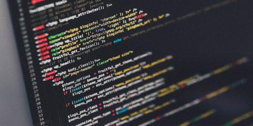 pantalla de un ordenador con muchas líneas de codigo que refiere a la capacidad de los growth hackers para desarrollar componentes de software para sus planes de growth hacking marketing,