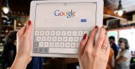 una tableta con google, google search es el principal motor de busqueda en internet,