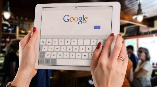 una tableta con google, google search es el principal motor de busqueda en internet, mercadeo agresivo searching engine marketing iebs growth hacking ejemplos, herramienta de marketing,