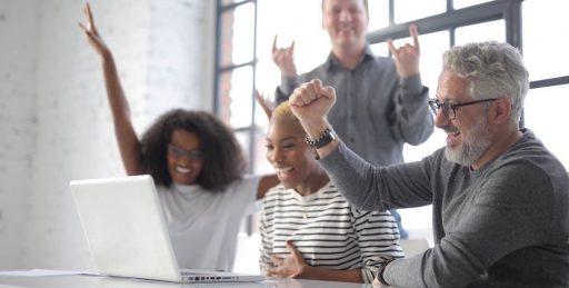 personas aprendiendo growth hacking online,